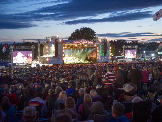 Crowds at Cropredy Convention in 2017. Photo by David Jackson.