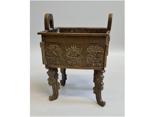 The bronze 19th century Chinese censer sold at the auction house in Banbury (Credit Hansons Auctioneers)