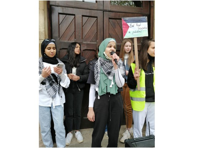 A peaceful protest for Palestine was held in the town centre of Banbury on Sunday May 23. (Image from Yasmin Kaduji)