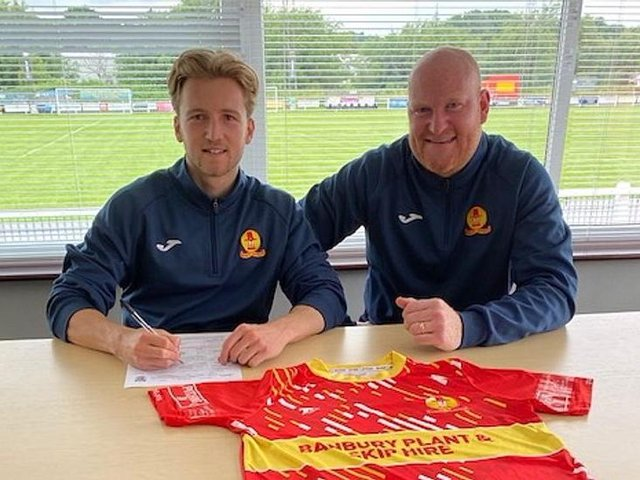 Morgan Roberts signs for Banbury United with manager Andy Whing (Picture courtesy of Banbury United)